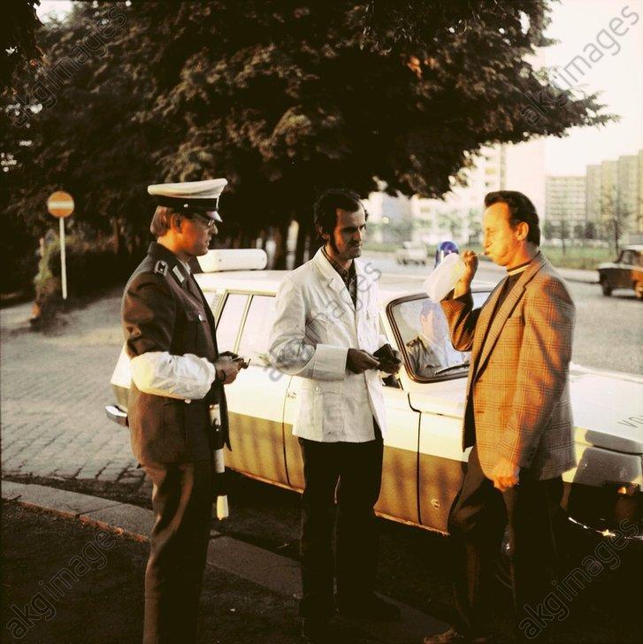 DDR-Volkspolizei bei Alkoholkontrolle - -