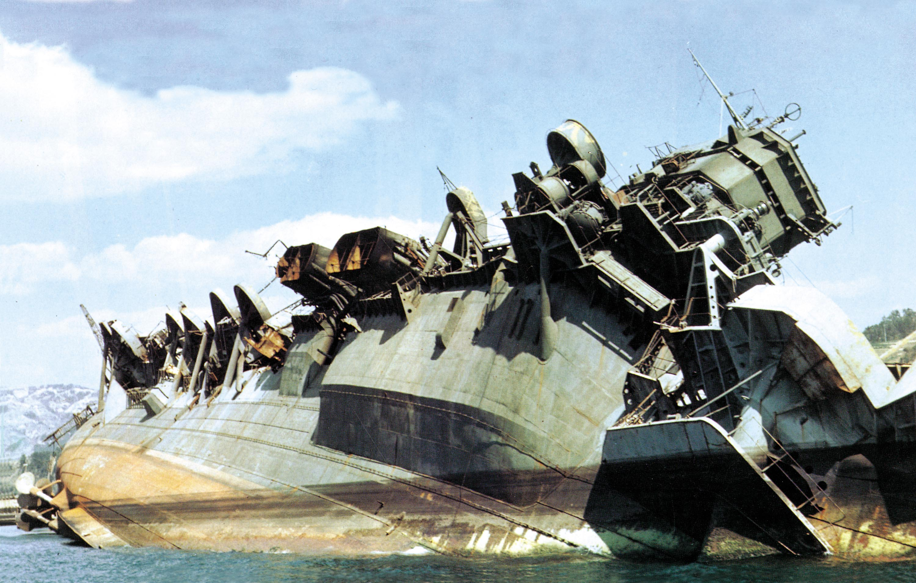 IJN_carrier_Amagi_capsized_off_Kure_in_1946.jpg