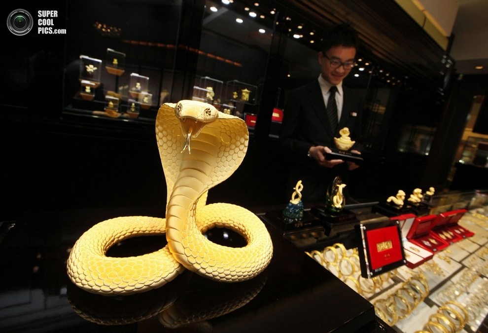 Золотая кобра стоимостью $25 800 на прилавке ювелирного магазина в Гонконге.(AP Photo/Kin Cheun