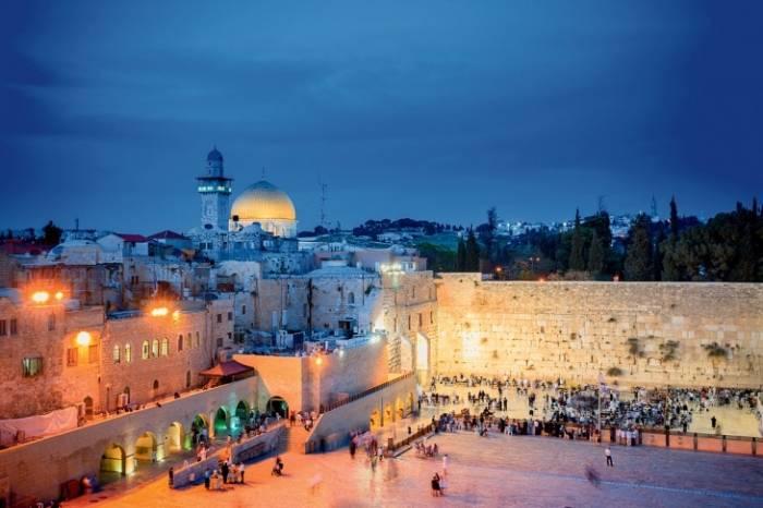 Стеной Плача называют открытый 57-метровый участок. Иудеи приходили молиться к стене. Те, кто не мог