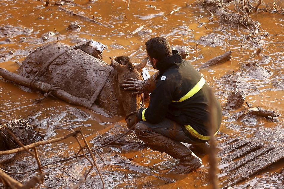 2. Следы пронесшейся грязевой реки, вырвавшейся из обрушившейся дамбы.