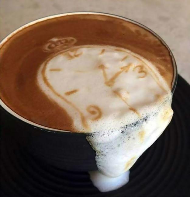 Бариста решил использовать изъян как плюс, создав репродукцию картины Сальвадора Дали прямо в чашке.