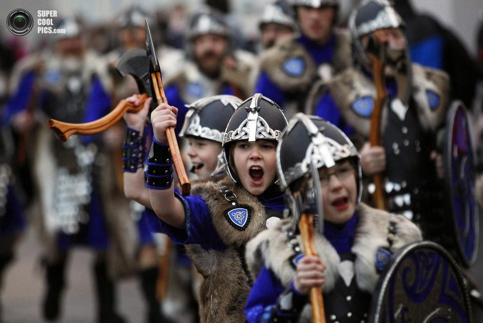 Маленькие шетландские «викинги» маршируют и выкрикивают приветствия в адрес прохожих. (REUTERS/D
