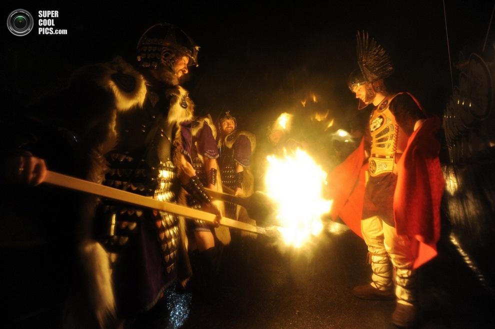 Совместное разжигание факелов. (ANDY BUCHANAN/AFP/Getty Images)