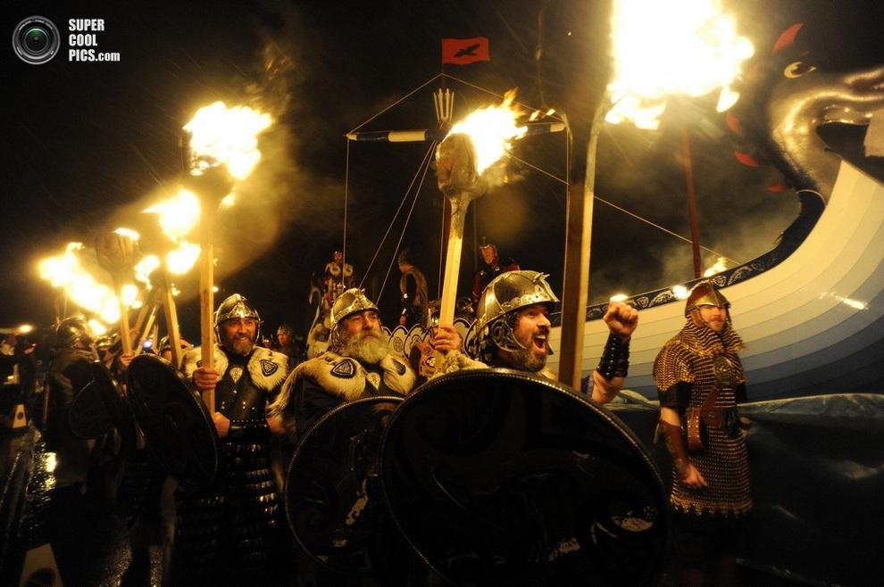 Шетландцы с факелами предвкушают зрелище. (ANDY BUCHANAN/AFP/Getty Images)
