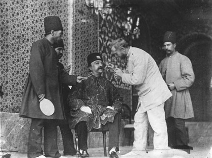 2. Ад-Дин Шах Каджар и фотограф Севрюгин перед фотосъемкой. Одной из многочисленных страстей Шаха Ка