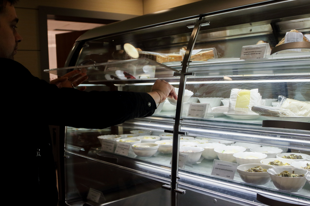 В течение всего дня доступна витрина с салатами и сэндвичами.