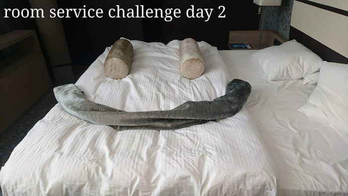 День второй. Постоялец делает смайлик из подушек и покрывала.