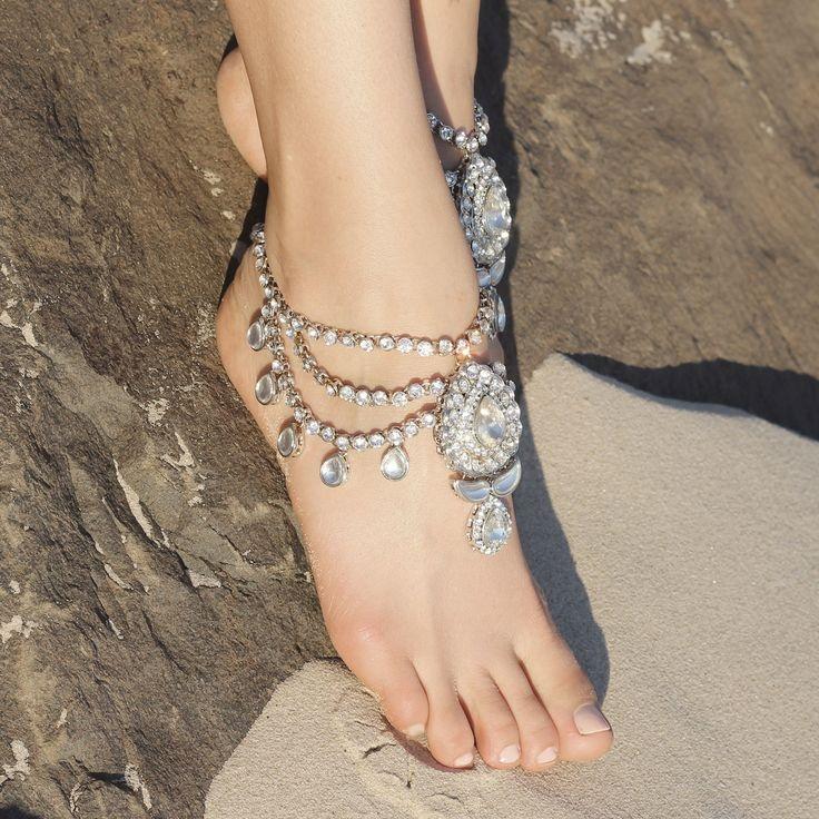 Носить такие украшения можно даже с туфлями, подобрав цвет браслета на ногу в тон с обувью, либо доп