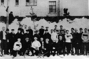 Участники хоккейного матча между сборными командами Петербурга и Москвы. Переходящий кубок завоеван командой Петербурга. 7 февраля 1912