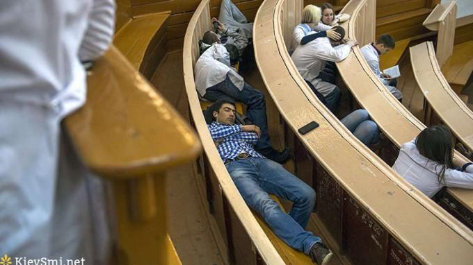 Ученые пояснили, почему многим людям трудно рано уснуть