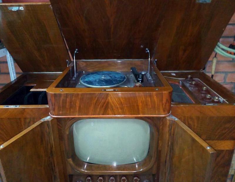 Комбинированную установку «Ленинград Т-3» выпускал ленинградский завод имени Козицкого. Установка содержит телевизор, радиоприемник и проигрыватель грампластинок. Год выпуска — 1948