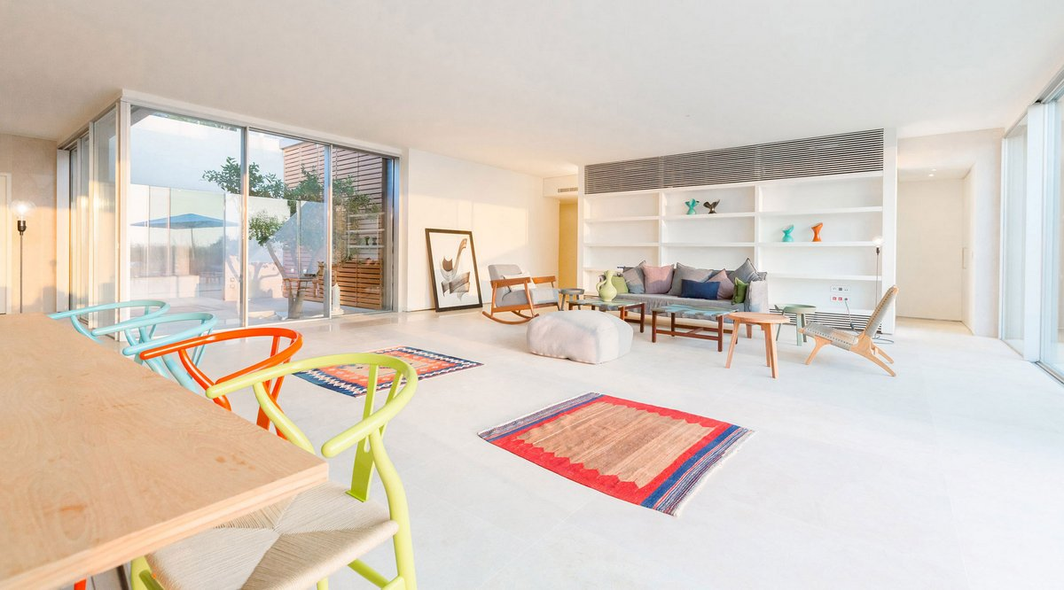 Разноцветная мебель в интерьере