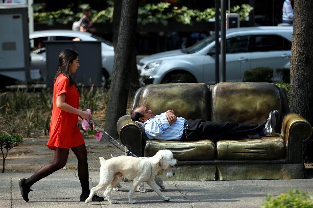 Устал - отдохни!: Здоровый сон на диване посреди городского парка по-мексикански