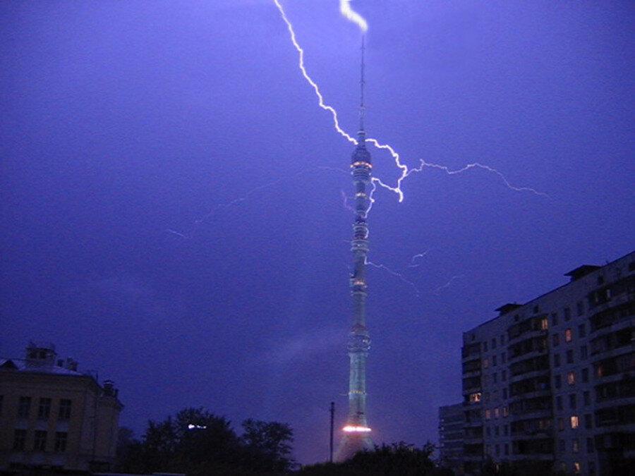 Вот они, молнии эти, с башнями-то что делают!