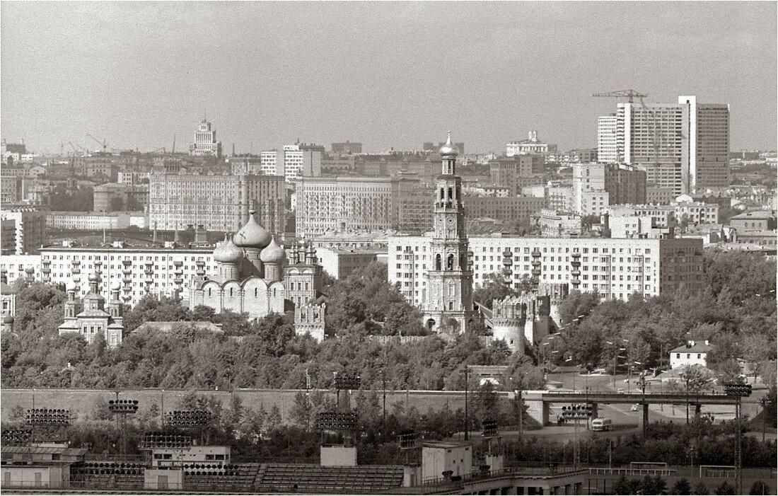 Новодевичий монастырь. Вид с Воробьевых (Ленинских) гор. 1967.jpg
