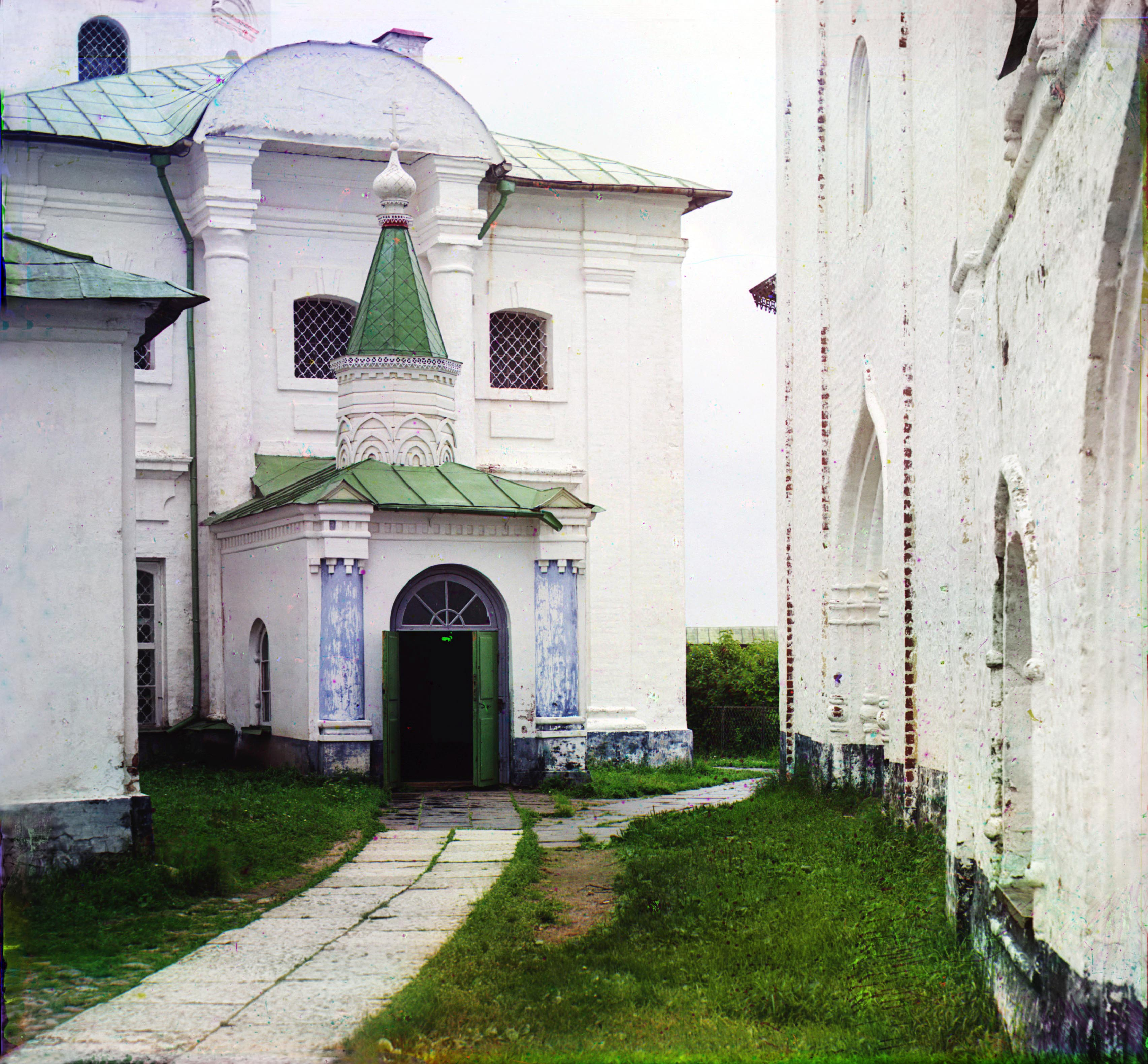 Кирилло-Белозерский монастырь. Вход в церковь Угодника (церковь св. Кирилла Белозерского)