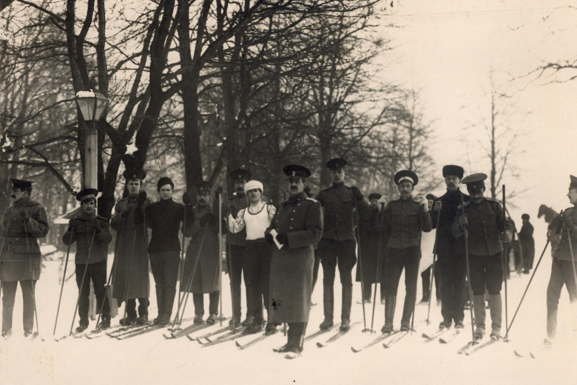 Группа офицеров, слушателей школы, на лыжах на Крестовском острове