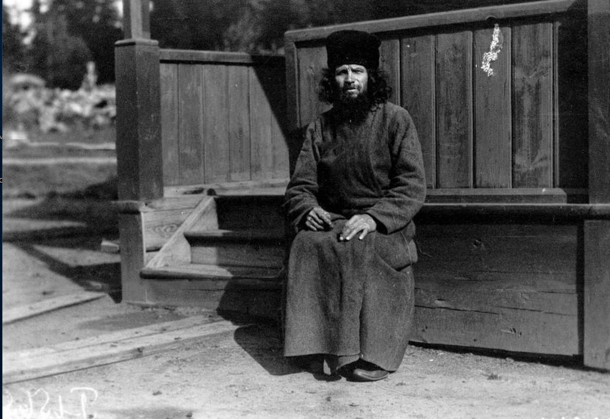 11. Монах-птичник Коневского Рождественского монастыря у крыльца монастырского строения