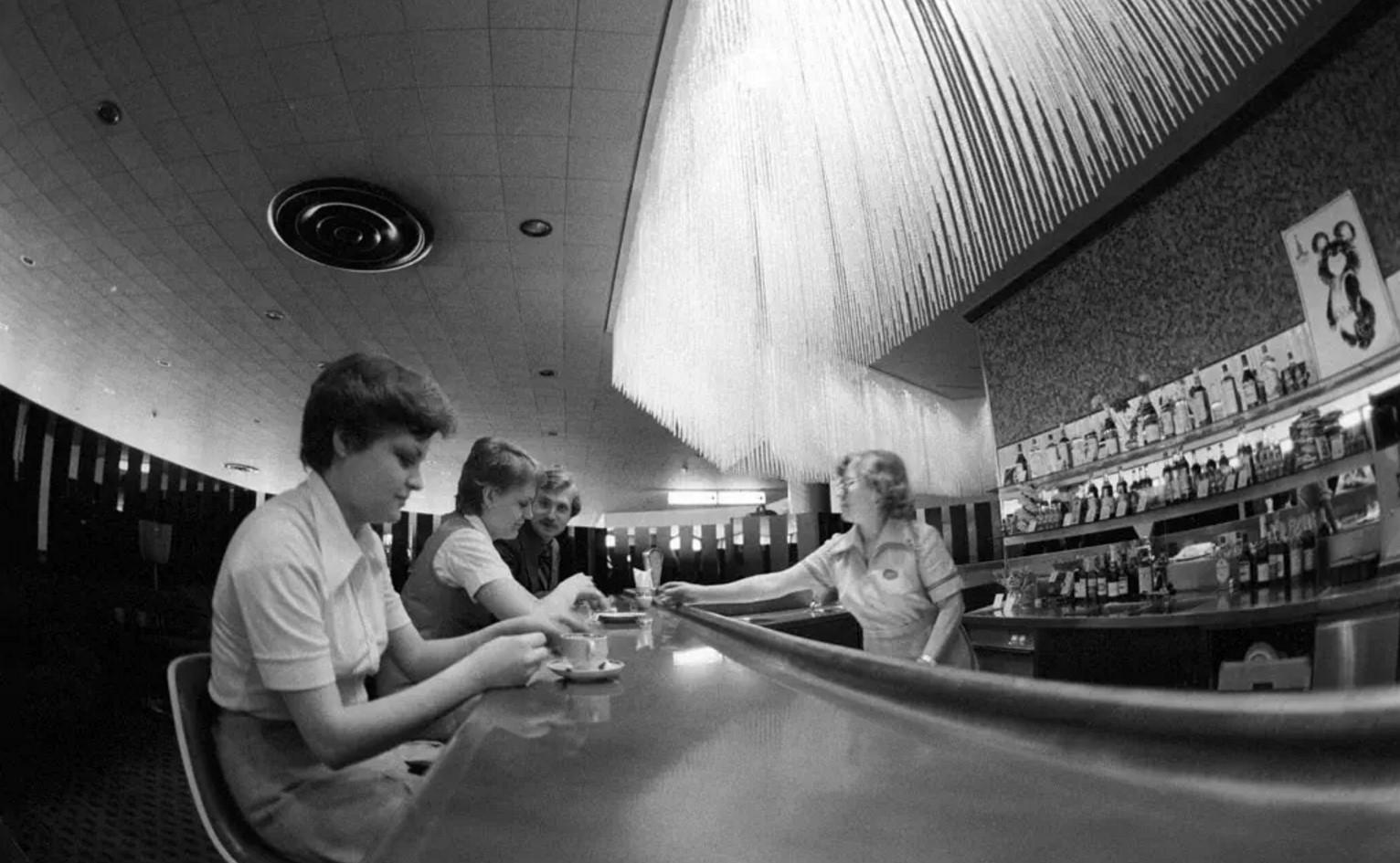 1980. В баре аэропорта