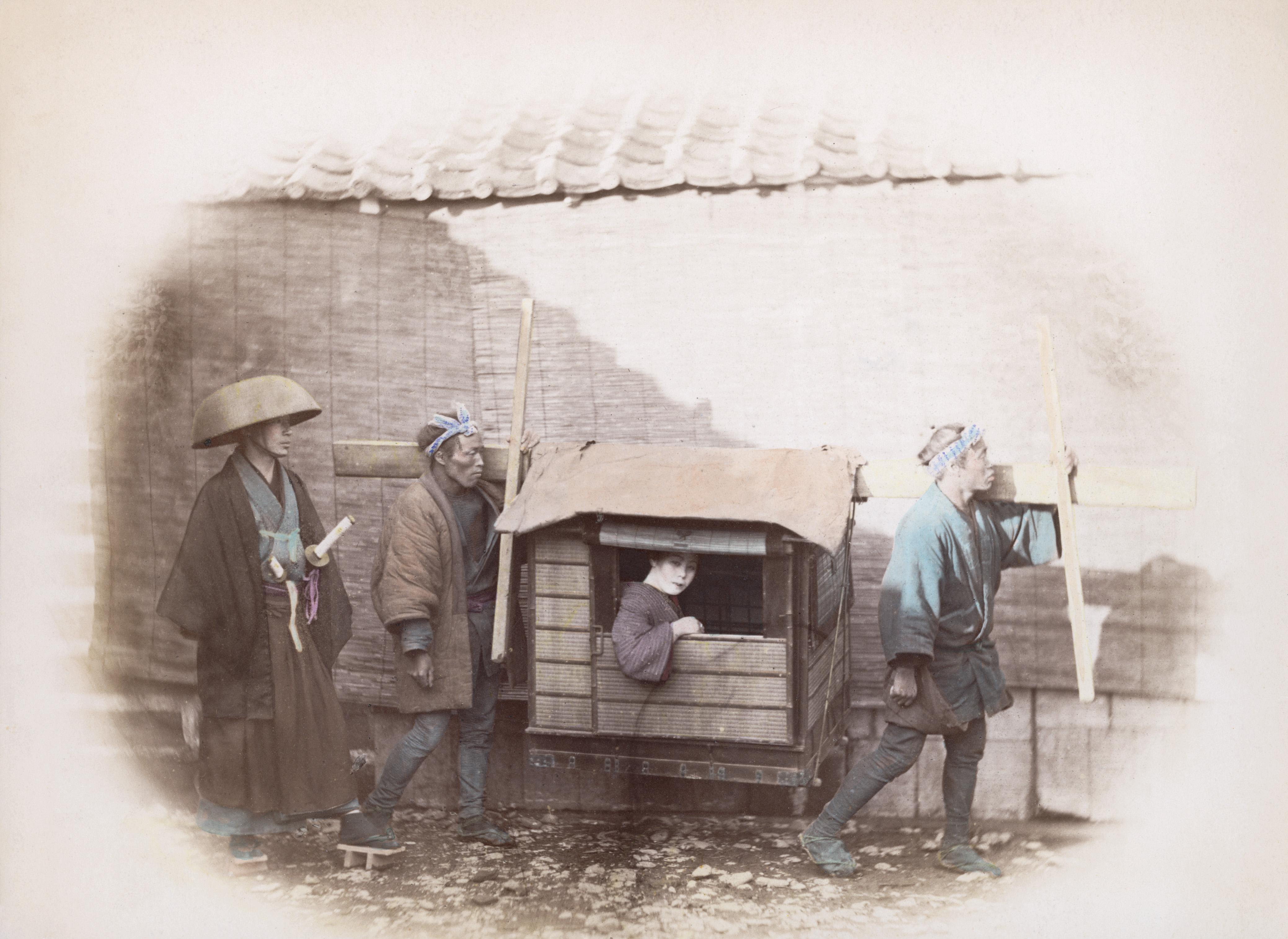 Самураи сопровождают паланкин с женщиной. Примерно 1865