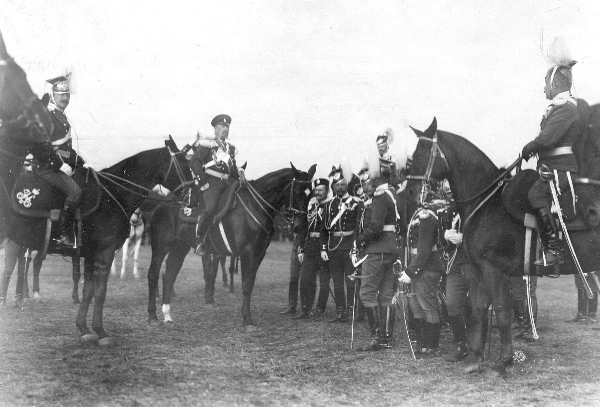 Группа офицеров во главе с командиром полка генерал-майором Л.Н.фон Баумгартенем  в день празднования 250-летнего юбилея полка