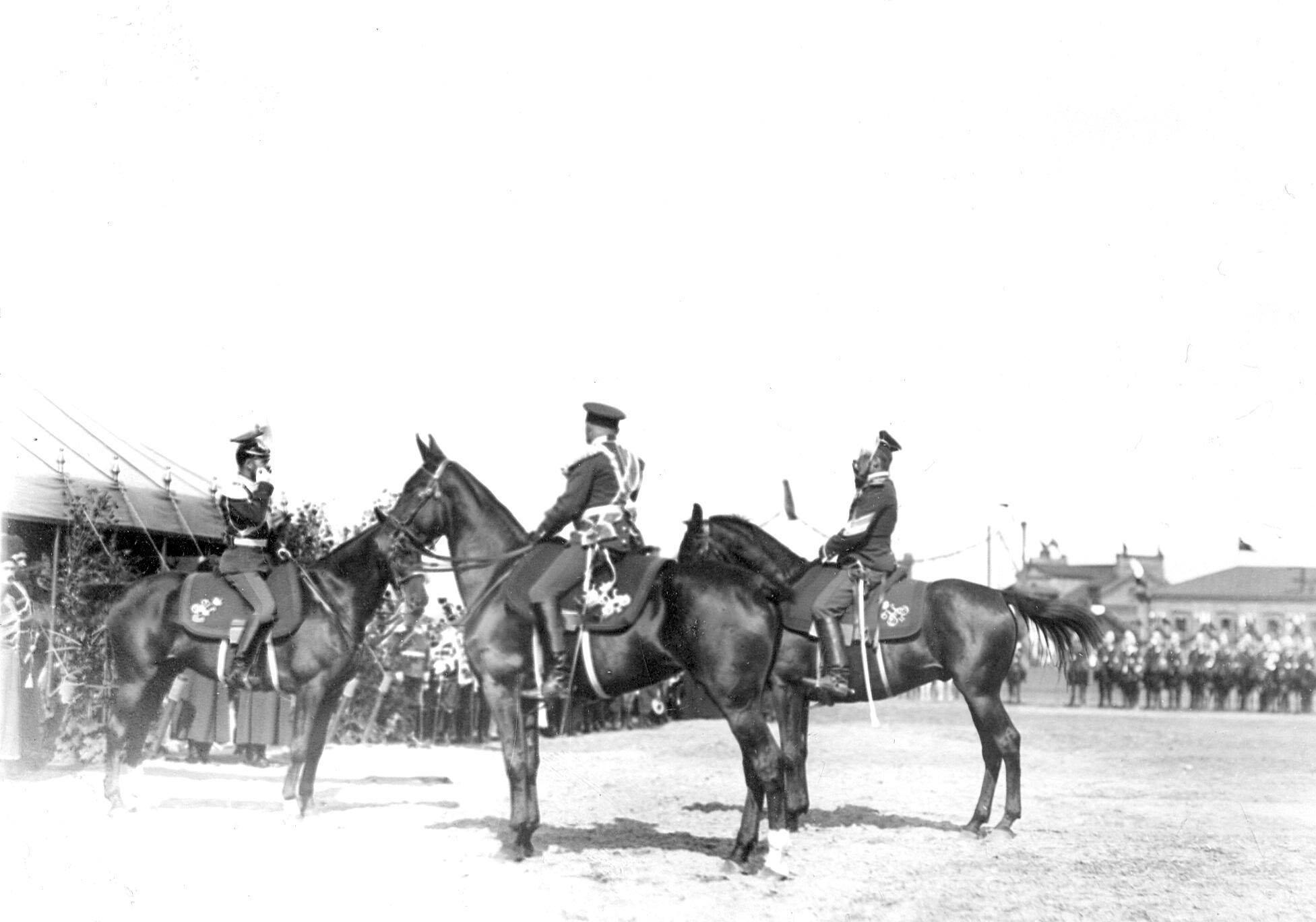 Император Николай II и командир полка генерал-майор Л.Н.фон Баумгартен на параде в день празднования 250-летнего юбилея полка. Справа - вахмистр эскадрона его величества