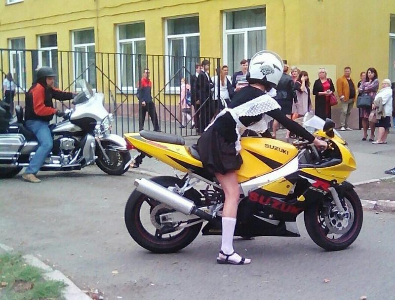 Челябинская школьница приехала на линейку на байке