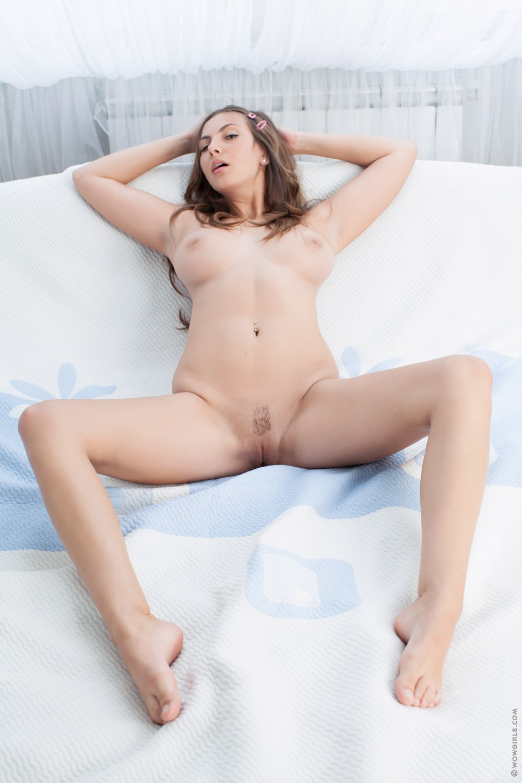 Грудастая Connie на кровати