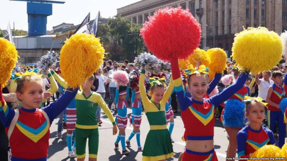 День города в Днепре начали карнавальным шествием