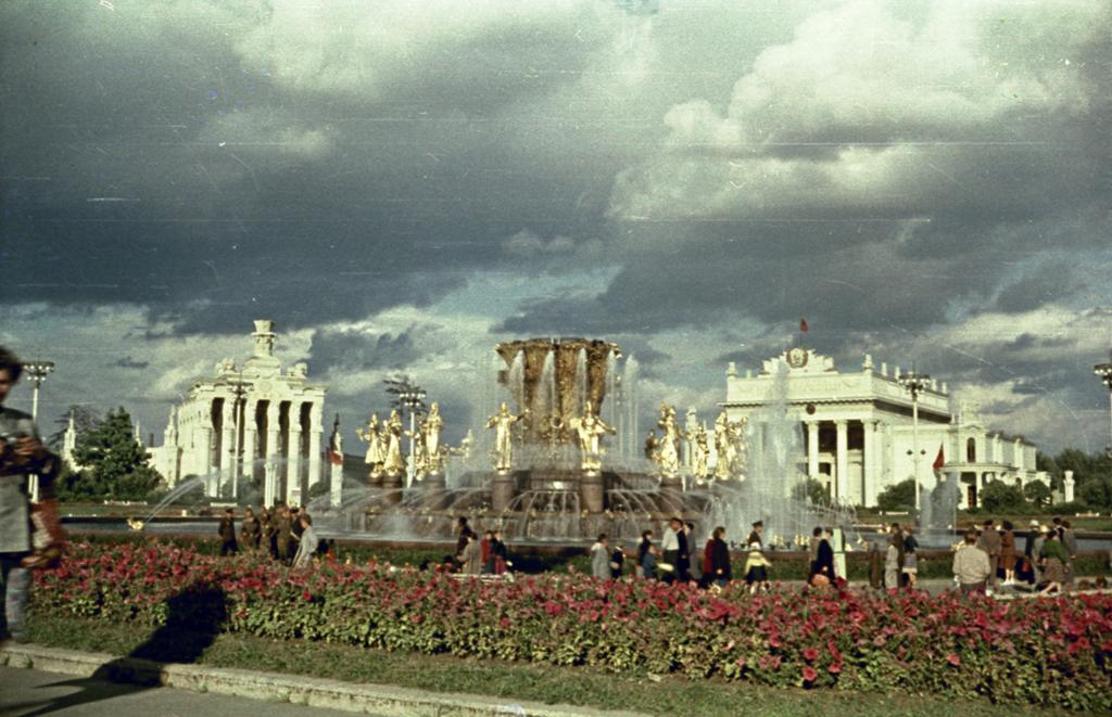 Фонтан Дружба народов, Павильоны Сибирь и РСФСР, 1960 г. В.Зайцев