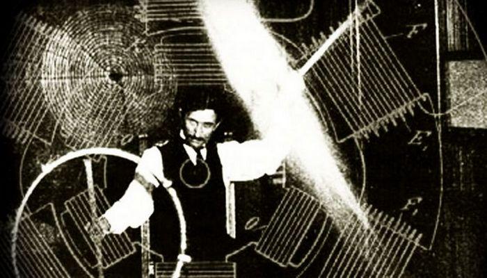 Никола Тесла не был богат, не был знаменит… Хотя у него были довольно известные друзья, сам Тесла ни
