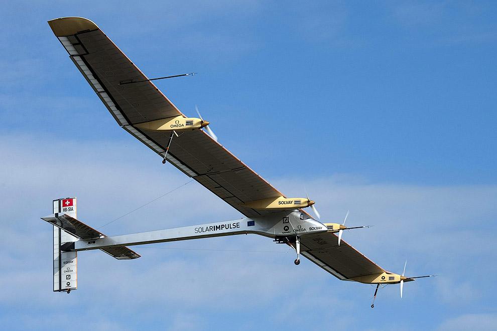 12 000 кремниевых солнечных элементов заряжают аккумуляторные батареи в течение дня, этой энерг
