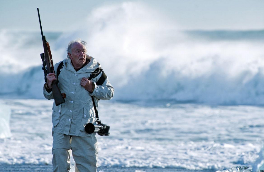 В центре сериала — тихий и неприметный арктический городок Фортитьюд. Здесь белых медведей в три раз