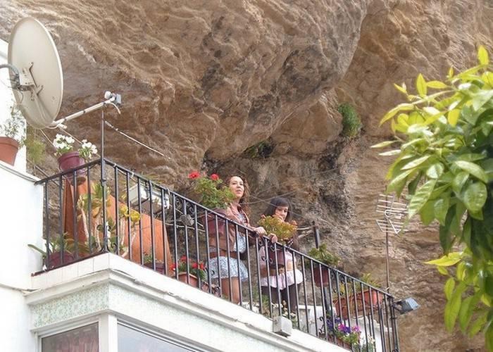 """Вездесущие туристы.  Вторая часть названия — """"де-лас-Бодегас"""" (что дословно обозначает винный"""