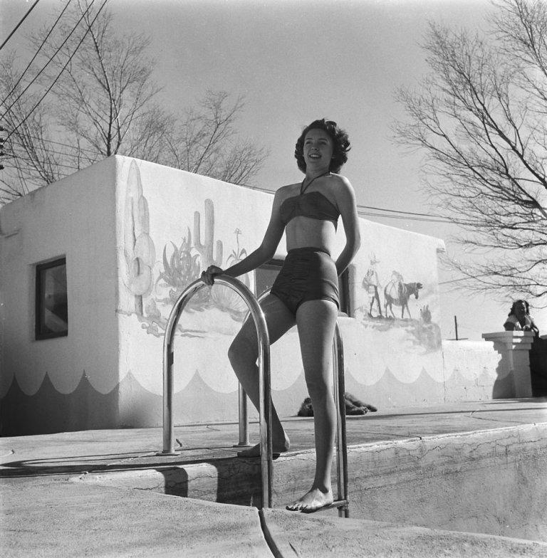 15. Участница конкурса красоты Джеки Ли Барнс позирует у бассейна в Альбукерке, Нью-Мексико, 1949 г.