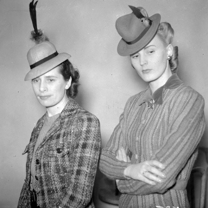 Микрошляпки в 40-х смотрелись очень специфически, а абсурдности внешнему виду добавляли задорно торч