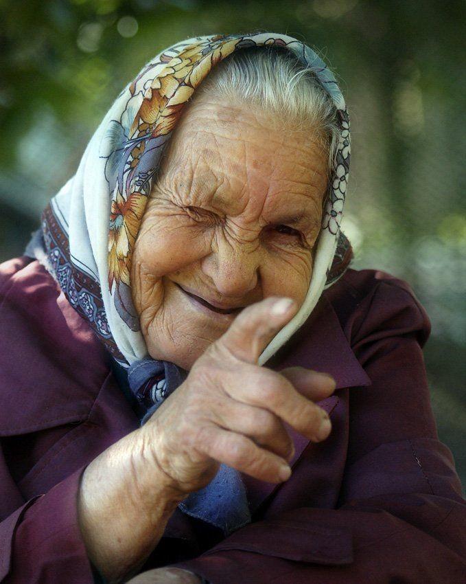 Бабуся Общительная Тех, кто еще не избавился от остатков оптимизма, догонит Бабуся Общительная. Она