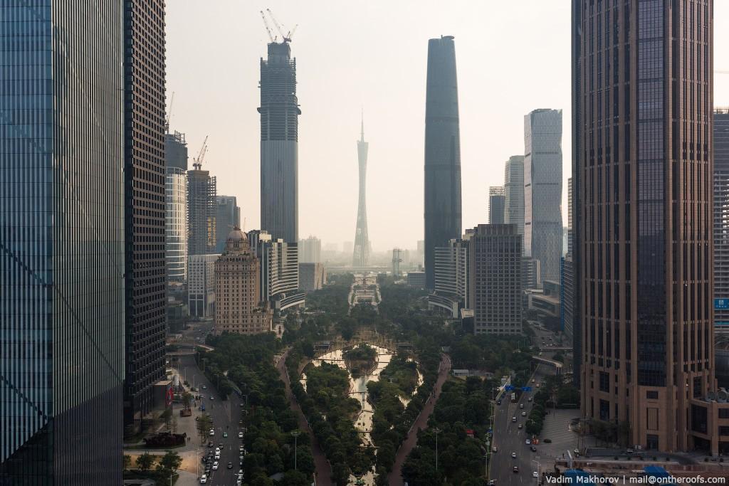 7. Из-за огромного количества фабрик над городом стоит густой смог. Смога здесь нет только в выходны