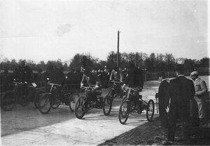 Старт гонщиков на трехколесных велосипедах на велодроме (Стрельна, Колония, Нарвское шоссе)