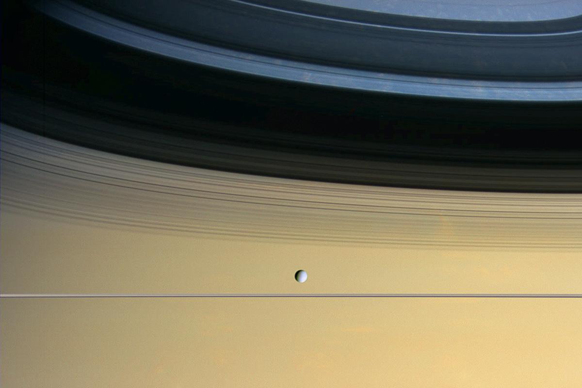 Астрономы считают, что сегодняшние луны икольца Сатурна являются тридцатым поколением