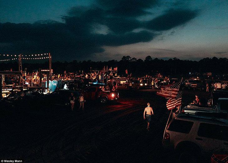 Ночью парк так же оживлен, как и днем. Люди сбиваются в компании, чтобы продолжать веселье.