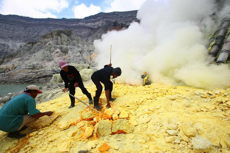 Рабочие в кратере Иджен