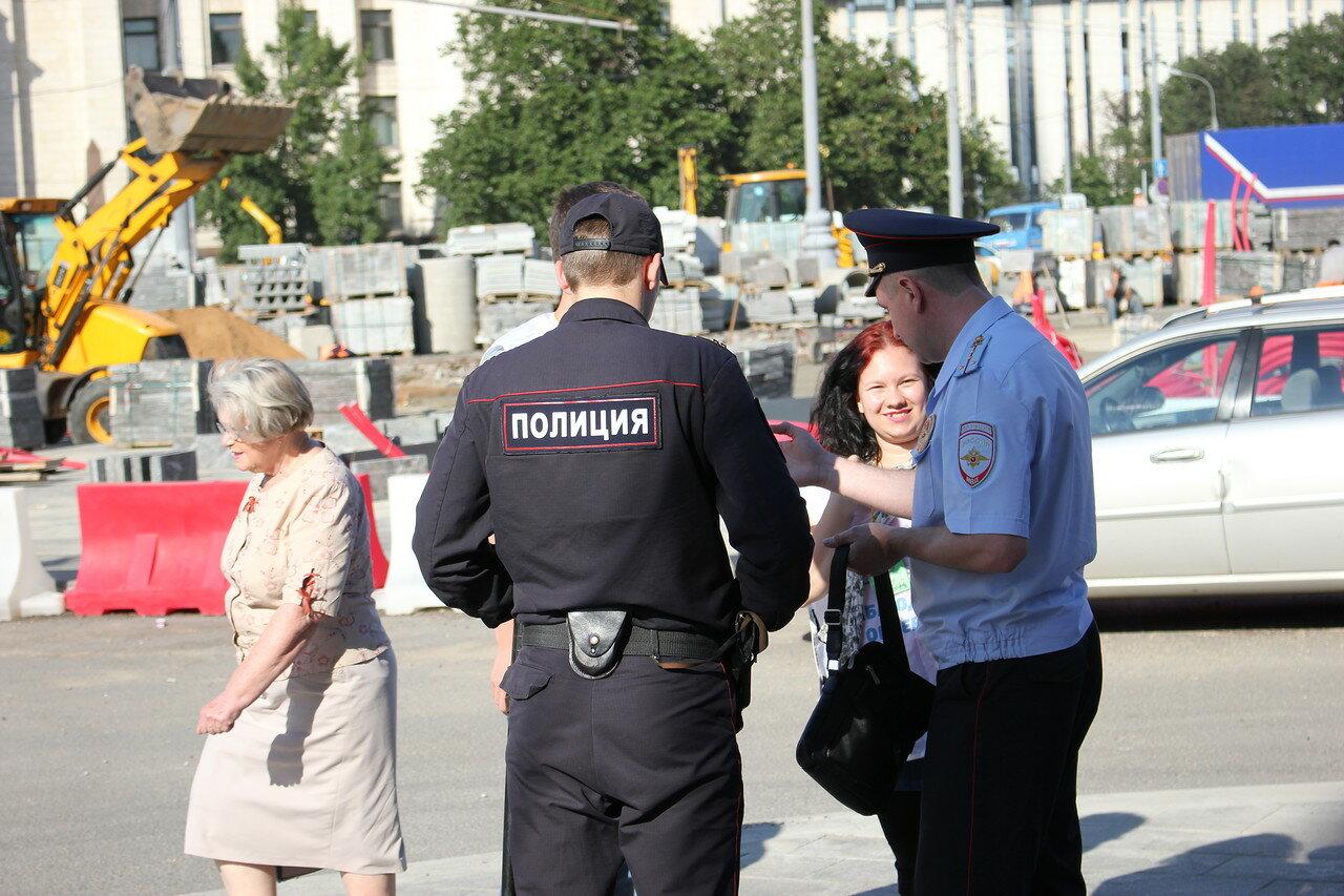 Собянинские баррикады на фоне