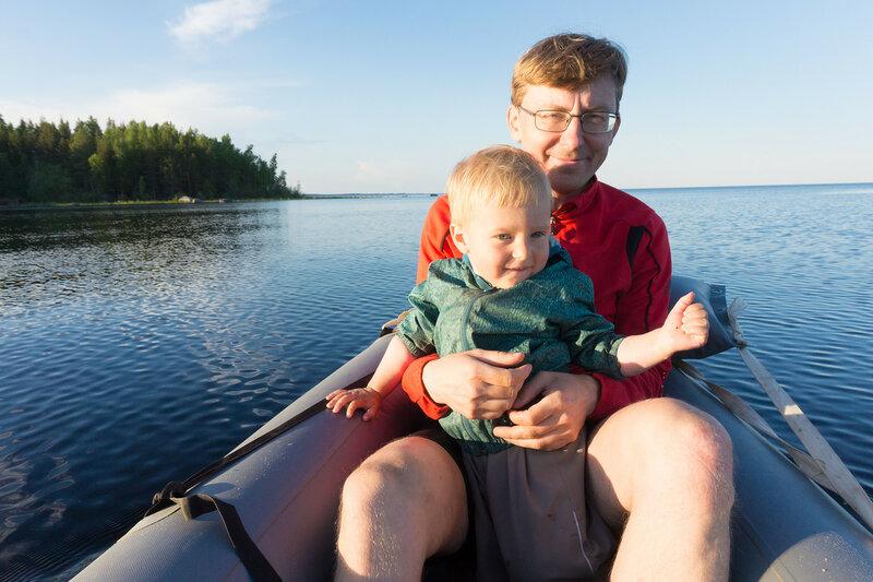 папа с ребенком катаются на лодке