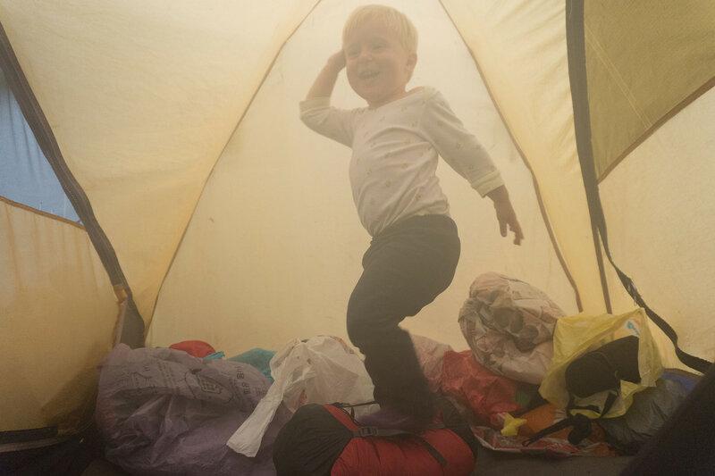 двухлетний ребенок прыгает в палатке Cetus 3