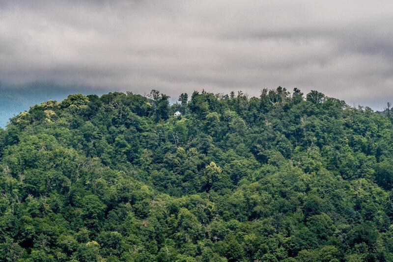 домик на вершине горы среди деревьев, Новый Афон 2017