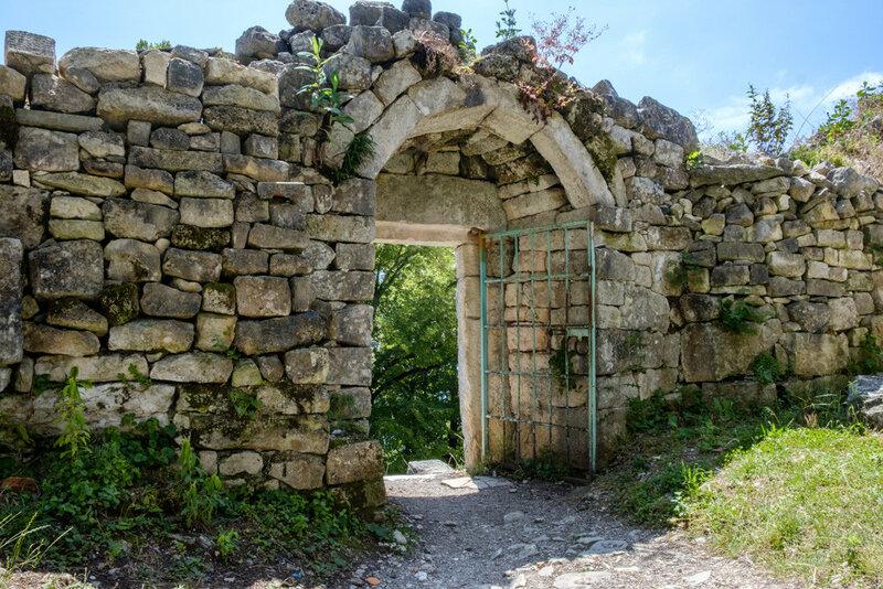 ворота в крепость на вершине Иверской горы, Новый Афон 2017