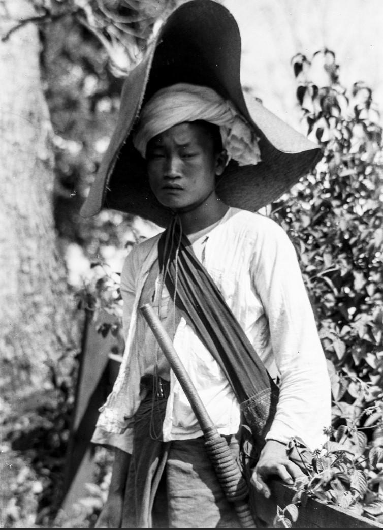 1056. Юноша в шляпе от солнца