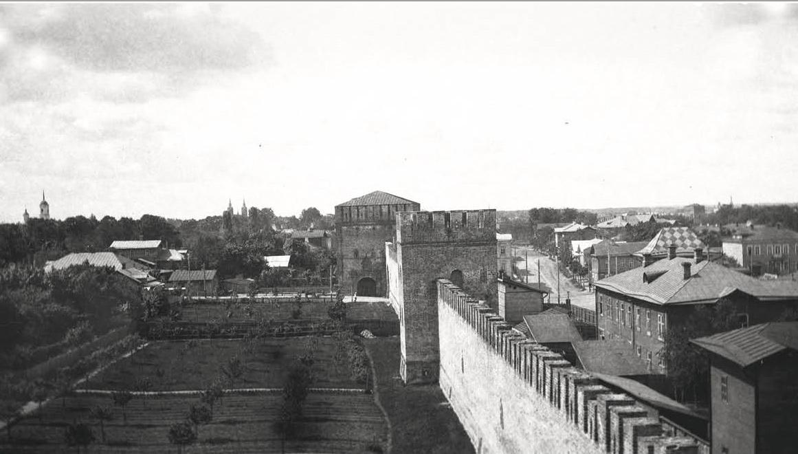 Вид с Долгочевской башни, на башню Зимбулку и Никольские ворота. 1907